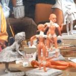 Modelagem em papel marché sobre bonecos de plástico.